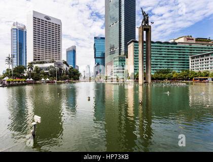 JAKARTA, INDONÉSIE - 25 septembre 2016: grands édifices à bureaux et hôtels de luxe de refléter dans l'eau de la Banque D'Images