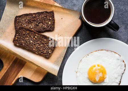 Le petit-déjeuner avec pain de seigle et œuf frit Banque D'Images