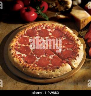 Pizza au pepperoni, sur l'arrière-plan Banque D'Images