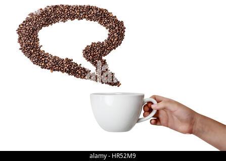 Woman's hand holding isolée tasse et Grain de café cru bulle sur fond blanc avec des prix pour copier l'espace. Banque D'Images