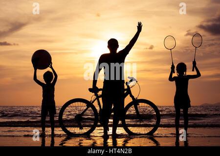 Le père et les enfants jouant sur la plage de la journée. Concept de famille accueillante. Banque D'Images