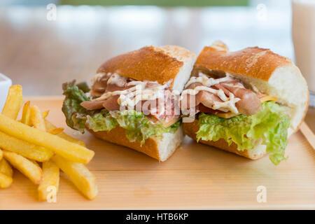Big sandwich au jambon, fromage, légumes et frites Banque D'Images