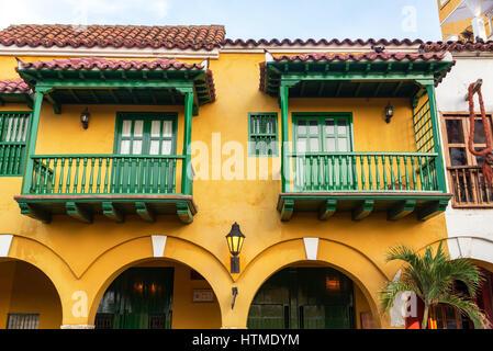Beau jaune et vert de l'architecture coloniale à Cartagena, Colombie Banque D'Images
