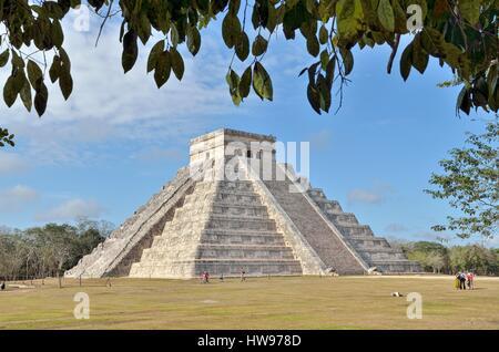 Pyramide de Kukulkan, historique ville maya de Chichen Itza, pistes, Yucatan, Mexique Banque D'Images