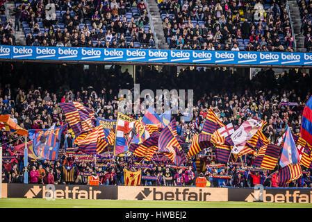 Barcelone, Catalogne, Espagne. Mar 19, 2017. Les fans du FC Barcelone vague leurs drapeaux pendant la LaLiga match Banque D'Images