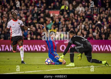 Barcelone, Catalogne, Espagne. Mar 19, 2017. Le FC Barcelone l'avant SUAREZ obtient encrassé au cours de l'LaLiga Banque D'Images