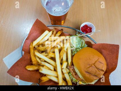 Burger, frites et de la bière Banque D'Images