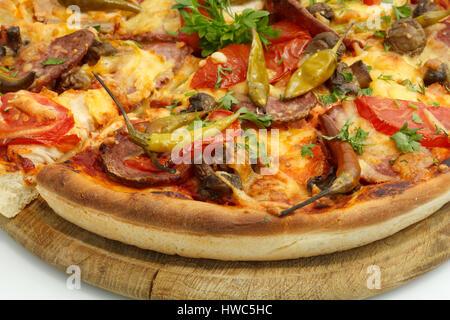 Pizza à la saucisse, champignons et le piment. Banque D'Images