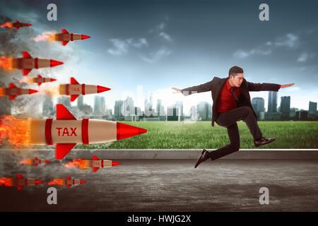 L'homme d'affaires asiatique sauter de fusée d'impôt. Évasion fiscale concept Banque D'Images