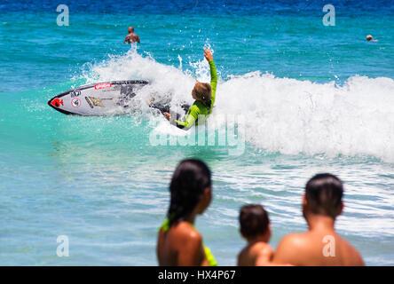 Jeune surfer à proximité de plage de Lopes Mendes. Ilha Grande, RJ, Brésil. Banque D'Images
