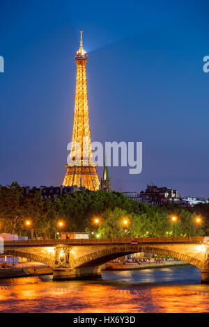 Tour Eiffel illuminée et des quais de Seine en été. Paris, France Banque D'Images
