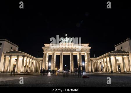 Berlin, Allemagne. Mar 25, 2017. La porte de Brandebourg est allumé juste avant 'l'heure de la Terre' à Berlin, Banque D'Images