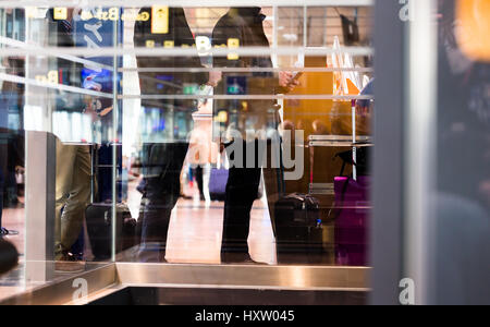 Les gens dans la file d'attente en ligne à l'aéroport d'embarquement pour l'enregistrement pour obtenir l'avion Banque D'Images
