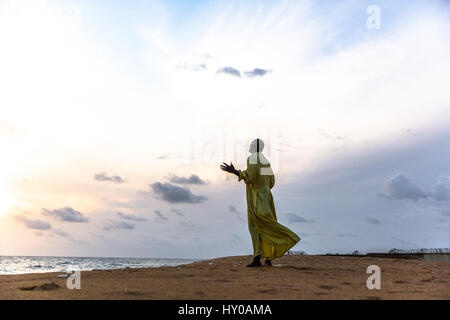 Ici, au point Mambo prières sont donné vers le haut sur la plage pendant la crise d'Ebola. Banque D'Images