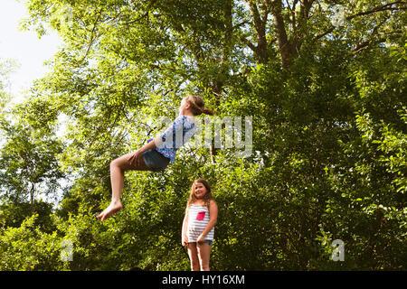 La Suède, Oland, deux filles (8-9, 10-11) jouant sur sunny day Banque D'Images