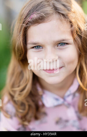 La Suède, vastmanland, hallefors, bergslagen, portrait of smiling girl (8-9) Banque D'Images