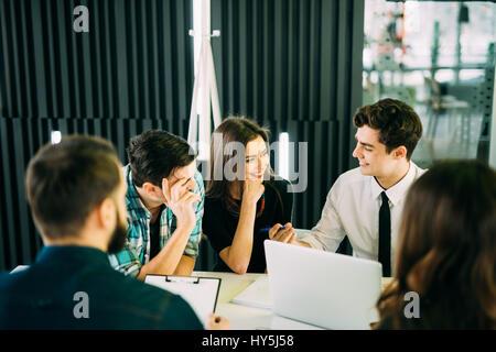 La diversité de démarrage d'équipe réunion de réflexion concept. équipe entreprises collaborateurs travaillent ensemble Banque D'Images