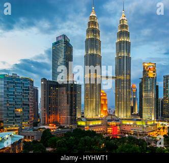 Les tours jumelles Petronas de Kuala Lumpur et le centre ville Sommaire, Malaisie Banque D'Images
