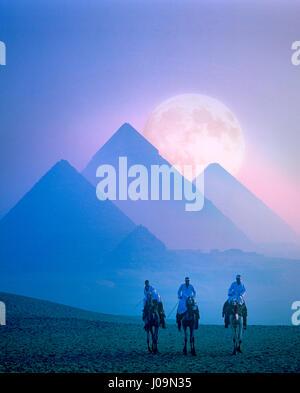 Pleine lune derrière les pyramides, Gizeh, Le Caire, Egypte Banque D'Images