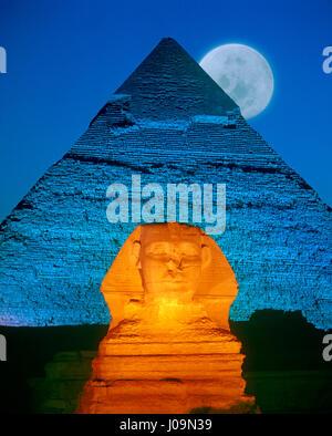 Pleine lune derrière le Sphinx et la pyramide de Khéphren, Gizeh, Le Caire, Égypte. Banque D'Images