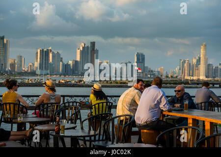 Bar dans Casco Viejo donnant sur les toits de la ville de Panama, Panama, Amérique Centrale Banque D'Images