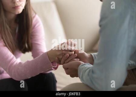 Gros plan du man holding crying woman hands, de compassion et de confort Banque D'Images