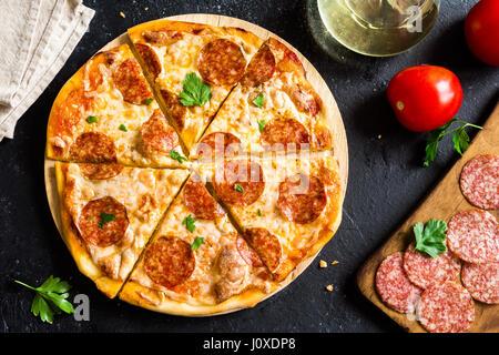 Pizza au pepperoni, avec des ingrédients - Produits frais des pizzas avec pepperoni, fromage et sauce tomate et Banque D'Images