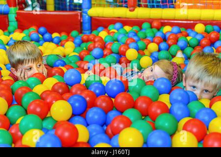Enfants jouant dans une piscine à balles à la fête. Banque D'Images