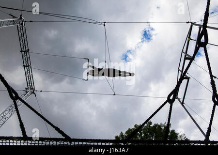 Studenst trapèze volant par l'air. L'École de trapèze volant est situé à Regent's Park et géré par le gorille Circus. Banque D'Images