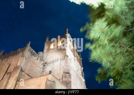Nuestra Señora de los Ángeles church, vision de nuit. San Vicente de la Barquera, Cantabrie, Espagne. Banque D'Images