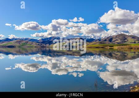 Reflet de la montagnes de neige dans un lac près de Fairlie dans le sud de l'Île, Nouvelle-Zélande Banque D'Images
