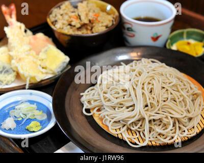 Nouilles udon ramen frit frit avec des crevettes tempura Banque D'Images