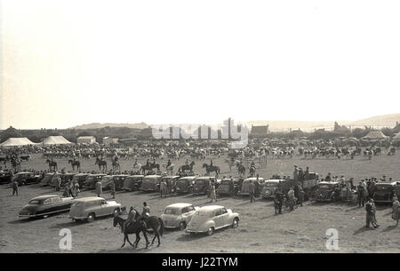 1950, historique, vue générale de l'activité au comté de Bucks show, England, UK avec les voitures de la journée Banque D'Images