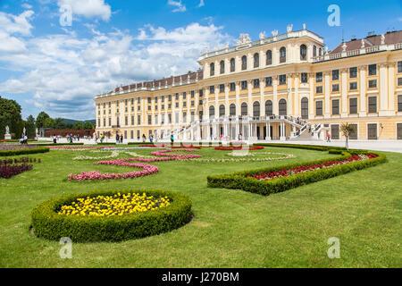 Belle vue du célèbre palais de Schönbrunn avec grand jardin Parterre à Vienne, Autriche Banque D'Images
