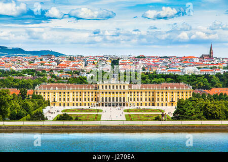 Belle vue du célèbre Palais Schönbrunn avec grand jardin Parterre à Vienne, Autriche Banque D'Images