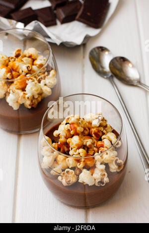Chocolat chaud en verre avec pop corn sur la table Banque D'Images