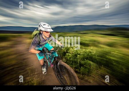 Nichole Baker vélo de montagne sur le Twin Buttes réseau de sentiers, Durango, CO. Banque D'Images