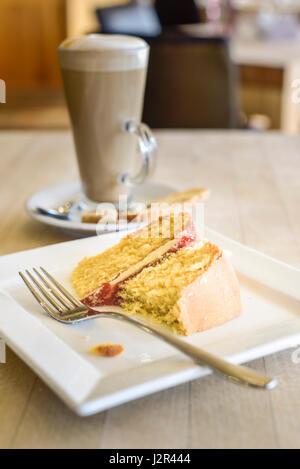 Gâteau éponge Victoria alimentaire dessert au lait partiellement mangés cuits au four doux traiter plaque fourche Banque D'Images