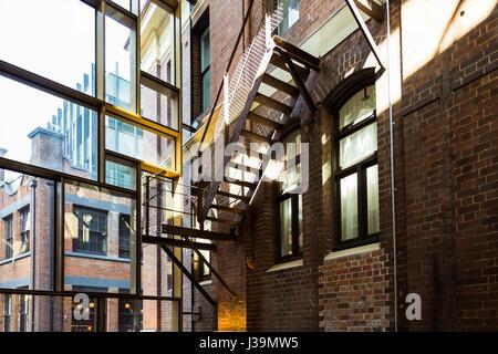 Une vue de l'ancien escalier en fer d'origine de l'hôtel de Clare, Chippendale, Sydney. Cet hôtel de caractère australien Banque D'Images