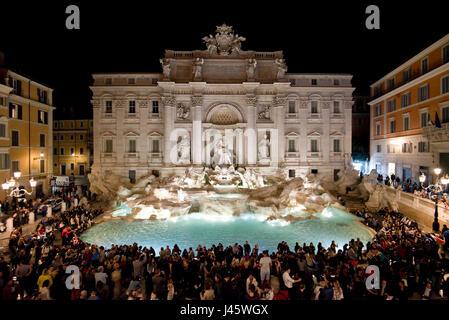 """Une vue aérienne de la fontaine de Trevi """"Fontana di Trevi à Rome avec des foules de touristes et de visiteurs de Banque D'Images"""