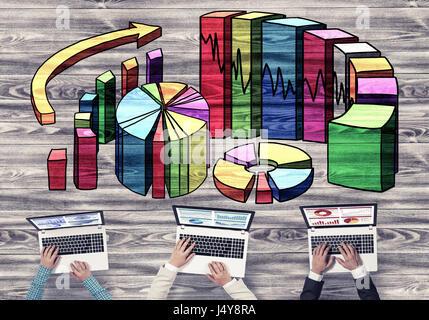 Vue de dessus de businesspeople sitting at table et l'utilisation de gadgets Banque D'Images
