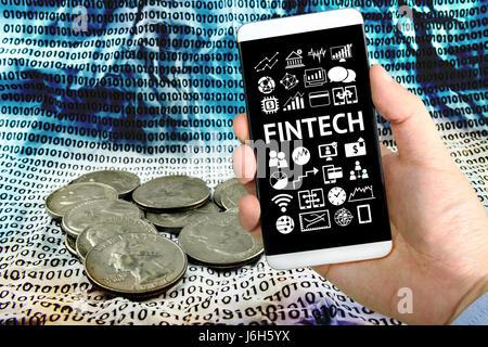 La technologie de l'Internet financier Investissement Fintech Concept. Businessman hand holding smartphone , la Banque D'Images