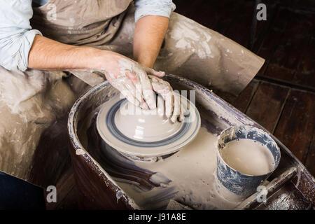 Atelier de poterie, céramique, concept art - close-up sur le travail de potier avec l'argile brute et l'homme les Banque D'Images