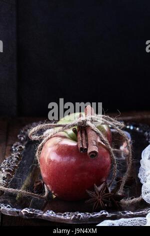 Pommes à la cannelle et l'étoile d'anis. Tourné dans une atmosphère sombre Moody. Banque D'Images