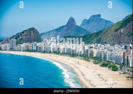 Vue panoramique lumineux du Rio de Janeiro, Brésil skyline surplombant la rive de la plage de Copacabana et d'impressionnantes Banque D'Images