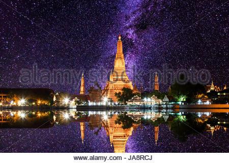 Wat Arun lieux religieux bouddhistes sous les étoiles de la Voie lactée et de l'espace de la poussière dans le ciel Banque D'Images