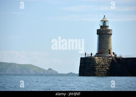 Château de pêche jetée et phare, St Peter Port, Guernsey. Banque D'Images