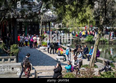 Des foules de touristes chinois dans une humble Administrator's Garden, Suzhou, Province de Jiangsu, Chine Banque D'Images