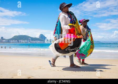 RIO DE JANEIRO - le 21 mars 2017: les vendeurs de plage à pied le long de la plage de Copacabana vendre sarongs Banque D'Images