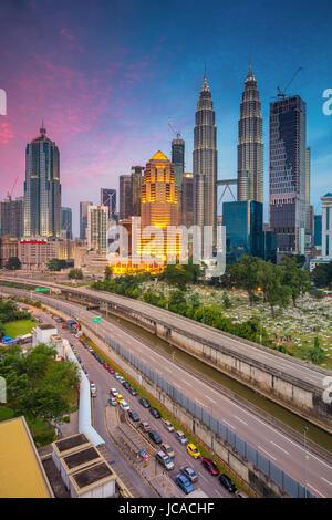 Kuala Lumpur. Cityscape image de Kuala Lumpur, Malaisie pendant le crépuscule heure bleue. Banque D'Images